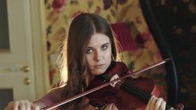 Atractivo, pensativo, violinista que juega la melodía en dormitorio almacen de video