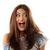 Atractivos adolescentes de la muchacha sorprendidos hacen las caras aisladas en blanco Imagen de archivo