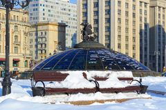 Atrakcja turystyczna światu zegaru fontanna na Manege kwadracie moscow zima Obrazy Stock