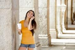 Atrakcyjna łacińska kobieta na jej mądrze telefonie fotografia stock