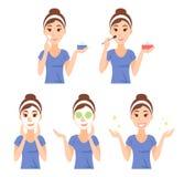 Atrakcyjna ładna młoda kobieta ubierał w przypadkowej koszulce dba jej skóra, twarz, używać kremowy i stosować naturalną maskę i, Zdjęcia Royalty Free