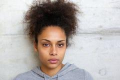 Atrakcyjna amerykanin afrykańskiego pochodzenia kobieta patrzeje kamerę Obrazy Stock