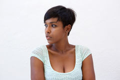 Atrakcyjna amerykanin afrykańskiego pochodzenia kobieta z krótką fryzurą Obrazy Stock