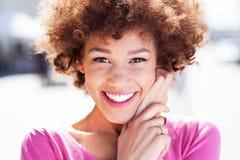 Atrakcyjna amerykanin afrykańskiego pochodzenia kobieta outdoors Zdjęcia Stock