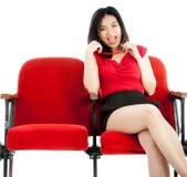 Atrakcyjna Azjatycka dziewczyna 20s przy theatre odizolowywa białego tło Obrazy Stock