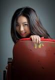 Atrakcyjna Azjatycka dziewczyna 20s przy theatre odizolowywa białego tło Obrazy Royalty Free