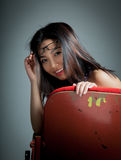 Atrakcyjna Azjatycka dziewczyna 20s przy theatre odizolowywa białego tło Zdjęcie Royalty Free