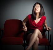 Atrakcyjna Azjatycka dziewczyna 20s przy theatre odizolowywa białego tło Fotografia Stock