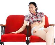 Atrakcyjna Azjatycka dziewczyna 20s przy theatre odizolowywa białego tło Zdjęcia Royalty Free