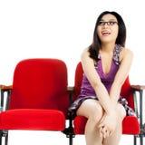 Atrakcyjna Azjatycka dziewczyna 20s przy theatre odizolowywa białego tło Fotografia Royalty Free