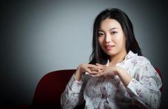 Atrakcyjna Azjatycka dziewczyna 20s przy theatre odizolowywa białego backgroun Fotografia Royalty Free