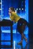 atrakcyjna balerina patrzeje w lustrze z żarówkami w spódniczce baletnicy i kolor żółty skórzanej kurtce obraz royalty free