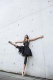 Atrakcyjna balerina pozuje outdoors zdjęcie royalty free