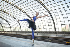 Atrakcyjna balerina pozuje outdoors obraz stock