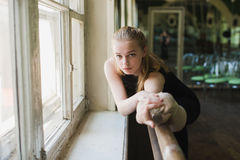 Atrakcyjna balerina rozgrzewkowa up w balet klasie Zdjęcia Stock