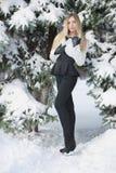 Atrakcyjna blondynka pozuje stać w zimie obraz stock