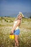 Atrakcyjna blondynka w chamomile polu. Młoda kobieta w wianku obraz stock