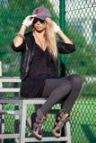 Atrakcyjna blondynka w okularach przeciwsłonecznych i baseball nakrętce zdjęcie stock