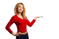 Atrakcyjna blondynki dziewczyna przedstawia coś Zdjęcia Stock