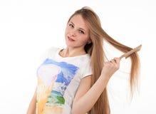 Atrakcyjna blondynki dziewczyna robi fryzurze Zdjęcie Stock