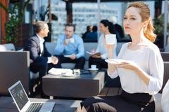 Atrakcyjna blondynki kobieta cieszy się jej kawę Zdjęcia Stock