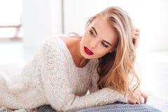 Atrakcyjna blondynki kobieta kłaść na podłoga z czerwoną pomadką Obraz Stock