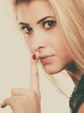 Atrakcyjna blondynki kobieta robi cisza gestowi fotografia royalty free
