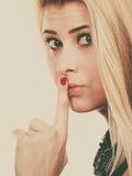 Atrakcyjna blondynki kobieta robi cisza gestowi obraz royalty free