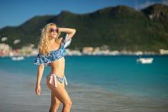 Atrakcyjna blondynki m?oda kobieta jest ubranym swimsuit przy tropikaln? piasek pla?? zdjęcia stock