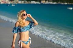 Atrakcyjna blondynki m?oda kobieta jest ubranym swimsuit przy tropikaln? piasek pla?? zdjęcie royalty free