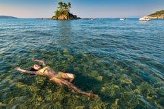 Atrakcyjna brunetka cieszy się w Greckim seawater Zdjęcie Stock