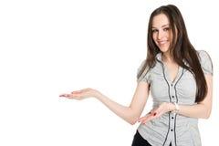Atrakcyjna brunetka przedstawia produkt Fotografia Stock