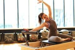 Atrakcyjna brunetka w pilates klasie obrazy royalty free