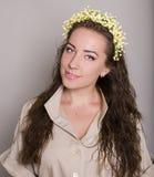 Atrakcyjna brunetka z hairdress. studio zdjęcie stock