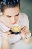 Atrakcyjna brunetki dama bierze łyka kawa Zdjęcie Royalty Free