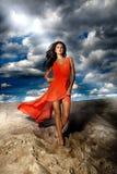 Atrakcyjna brunetki dama pozuje przy plażą. zdjęcia royalty free