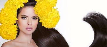 Atrakcyjna brunetki dziewczyna Długi zdrowy włosiany tytułowanie Studio port Zdjęcie Royalty Free