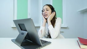 Atrakcyjna brunetki kobieta śpiewa czuła piosenkę i ekscytować w hełmofonach zdjęcie wideo
