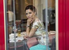 Atrakcyjna brunetki kobieta patrzeje kamerę. Fotografia Royalty Free