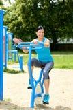 Atrakcyjna brunetki kobieta ćwiczy w plenerowym Zdjęcie Stock