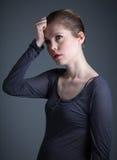 Atrakcyjna caucasian dziewczyna w jej 30 strzelał w studiu obrazy stock
