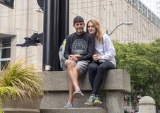 Atrakcyjna caucasian kobieta i jej mąż na wakacje przed Seattle muzeum sztuki w Seattle, Waszyngton zdjęcia stock