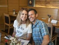 Atrakcyjna caucasian kobieta i jej mąż na wakacje w restauraci w Seattle, Waszyngton zdjęcia stock