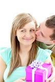 atrakcyjna chłopaka prezenta dziewczyna daje jego Zdjęcia Stock