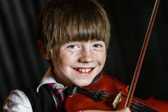 Atrakcyjna chłopiec bawić się skrzypce, pracowniana strzelanina Obraz Royalty Free