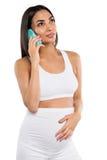 Atrakcyjna ciężarna azjatykcia kobieta opowiada na smartphone, Obrazy Stock