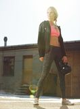 Atrakcyjna Crossfit kobieta Trzyma Kettlebell Zdjęcie Stock