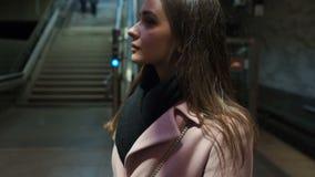 Atrakcyjna dama czekać na przyjaciela w metrze, wieczór aktywność, zwolnione tempo zbiory