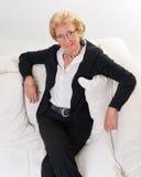 atrakcyjna damy seniora kanapa Zdjęcie Royalty Free
