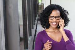 Atrakcyjna dojrzała biznesowa kobieta z mądrze telefonem w mieście zdjęcia royalty free